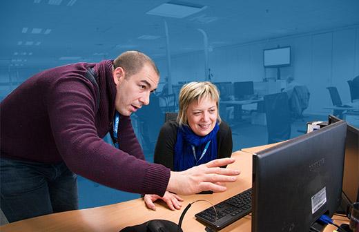 Camille, conseillère client, depuis 13 ans chez Decathlon, 5 ans au CRC, et Julien, Directeur Commercial du Service Client depuis 9 ans