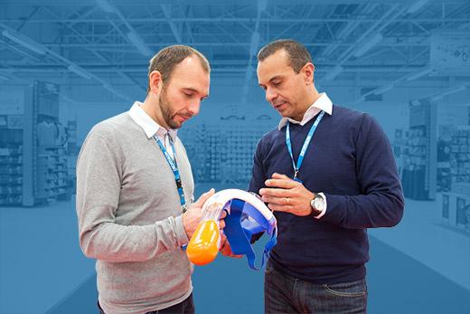 à gauche, Fabien, conseiller client, depuis 16 ans chez Decathlon, 2 ans au CRC, à droite, Yann, Directeur Commercial Sport d'eau, chez Decathlon depuis 21 ans.